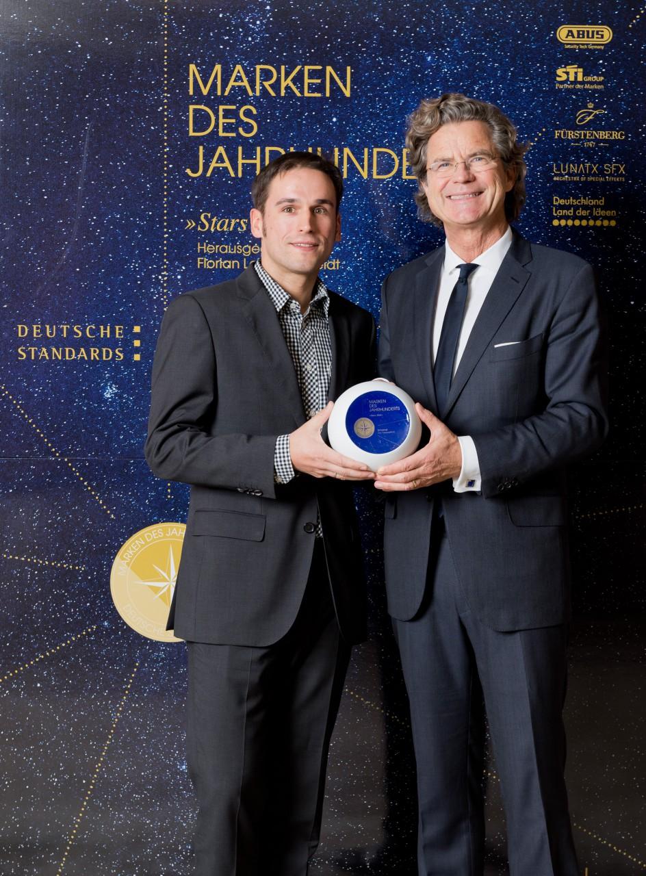 Bei der Markengala in Berlin nahm Matthias Schamel (l.) die Auszeichnung von Dr. Florian Langenscheidt entgegen.
