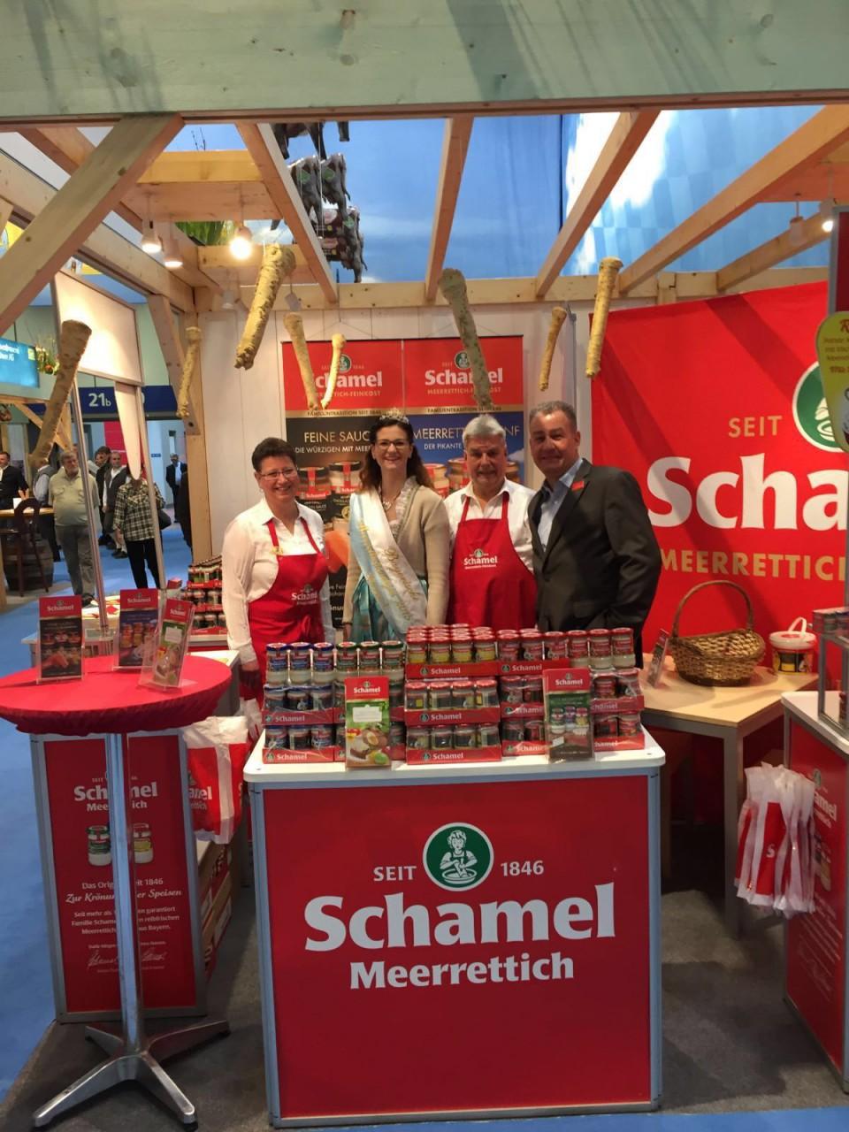 Repräsentieren ein scharfes Stück Bayern: Mitarbeiter der Firma Schamel Meerrettich und Meerrettichkönigin Christine I.