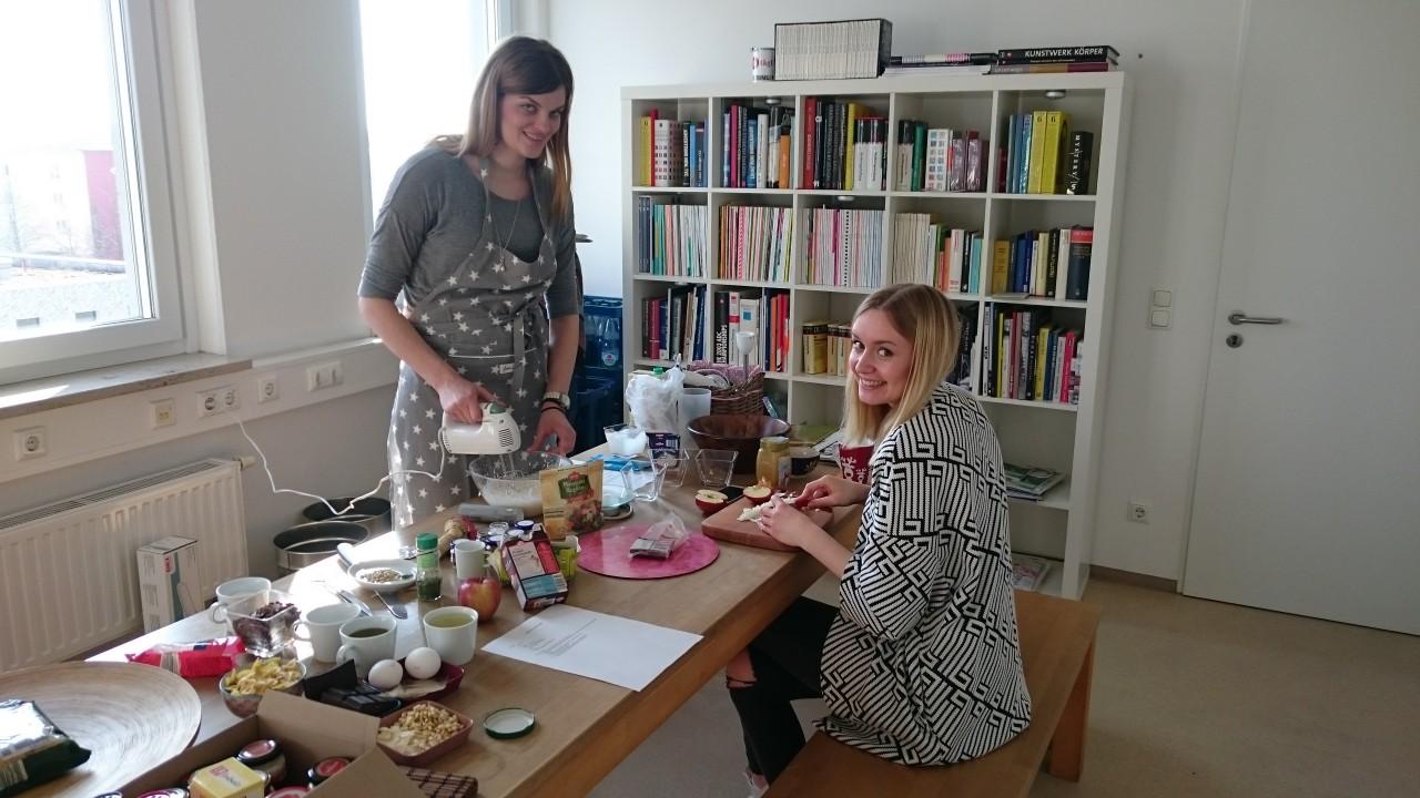 Zeigen, dass Studenten sehr wohl kochen können: Katja und Cosima.