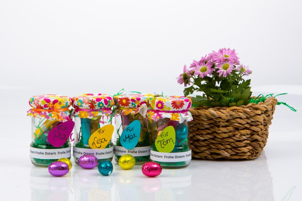Nest neu interpretiert: Mit ein paar Handgriffen wird aus Schamel-Gläsern kreative Einladungen zum Osterbrunch.