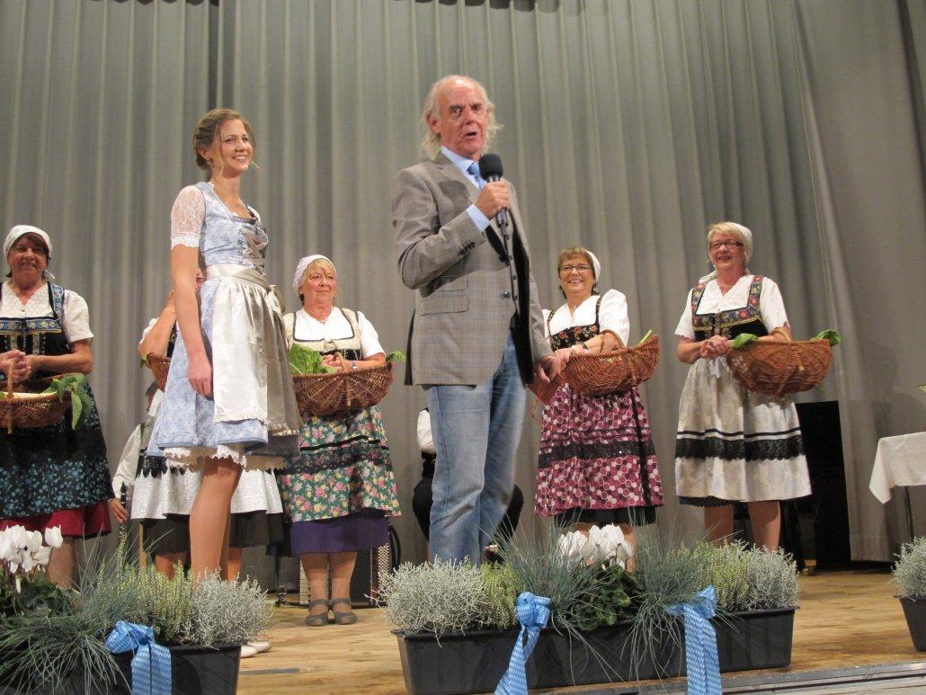 Jetzt wird es ernst: Maria I. bei der Krönungszeremonie mit Lokalmatador Klaus Karl-Kraus. (C) Stadt Baiersdorf