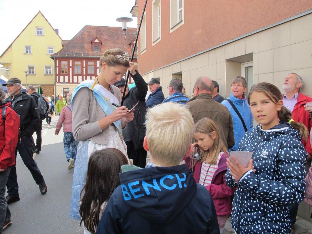 Repräsentieren kann sie: Maria I. im Kreise ihrer Fans. (C) Stadt Baiersdorf