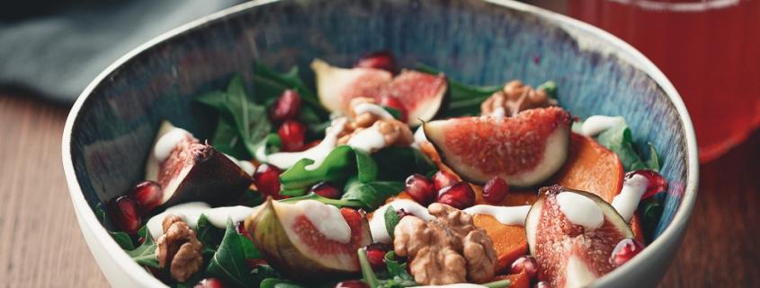 Bunter Salat an Meerrettichdressing